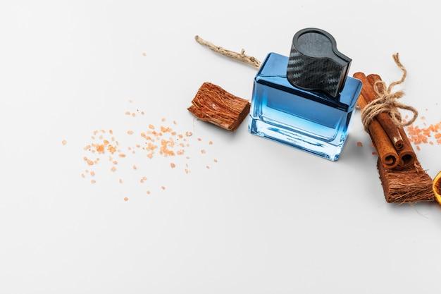 Elegante botella de perfume francés