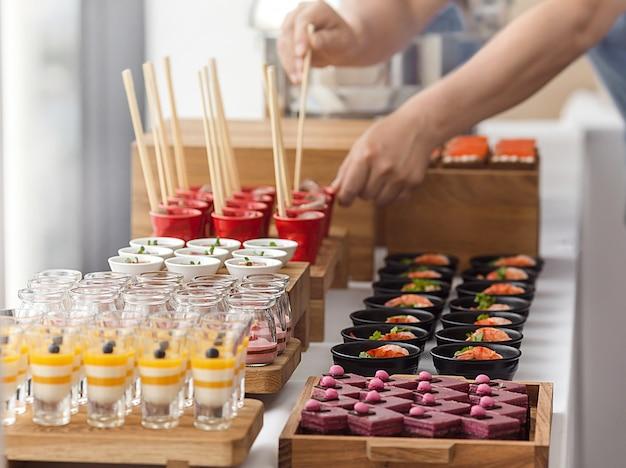 Elegante buffet de postres coloridos