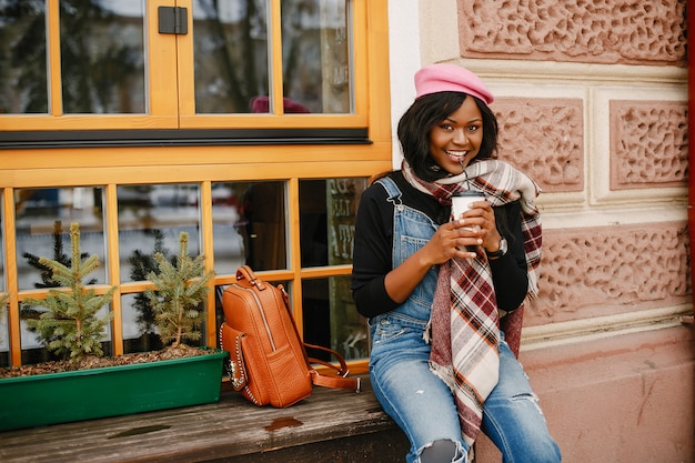 Elegante chica negra en una ciudad de invierno.