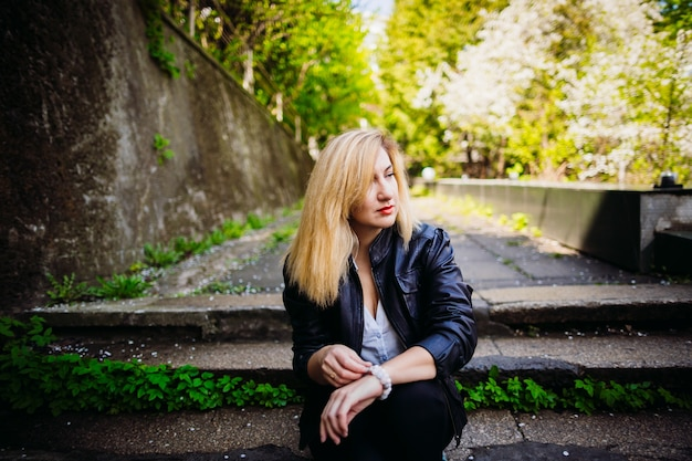 La elegante chica sentada en las escaleras
