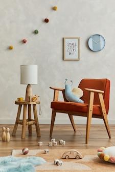 Elegante composición del acogedor interior de la habitación del niño escandinavo con marco de póster simulado, sillón rojo, lámpara elegante, juguetes de peluche y adornos colgantes. pared creativa, alfombra en el suelo. plantilla.