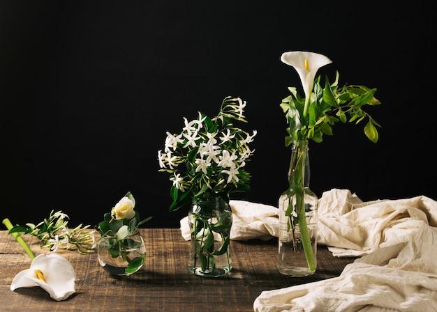 Elegante composición de flores en vidrio.