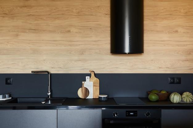 Elegante composición del moderno apartamento pequeño espacio de trabajo de cocina negra con plantilla de accesorios