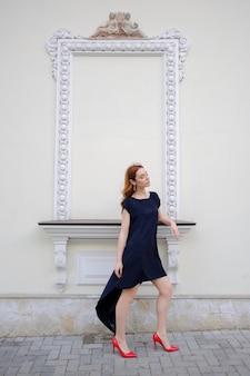 Elegante dama caminando sola en la calle