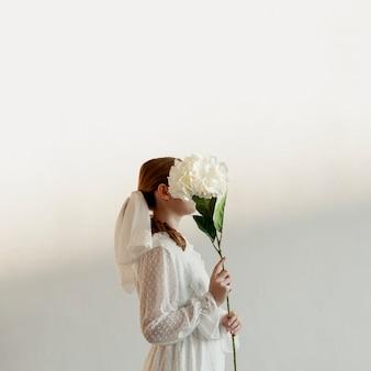 Elegante dama posando con flor