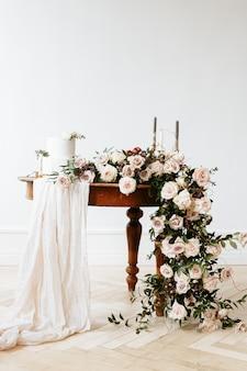 Elegante decoración de boda y un pastel de bodas en la mesa