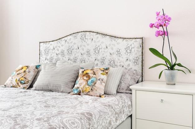 Elegante dormitorio en colores claros y suaves.