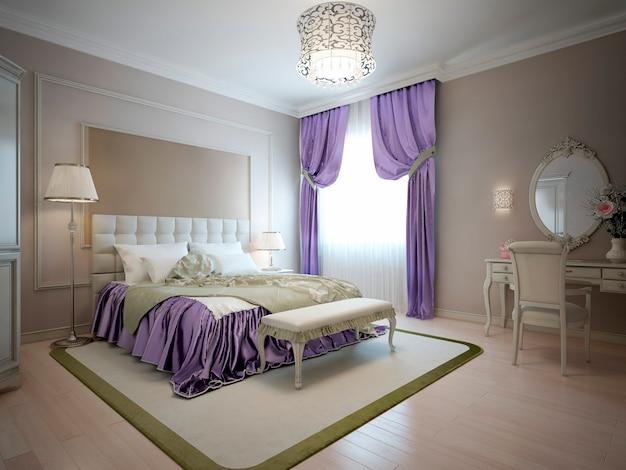 Elegante dormitorio de estilo clásico en colores beige con decoraciones moradas y olivas.