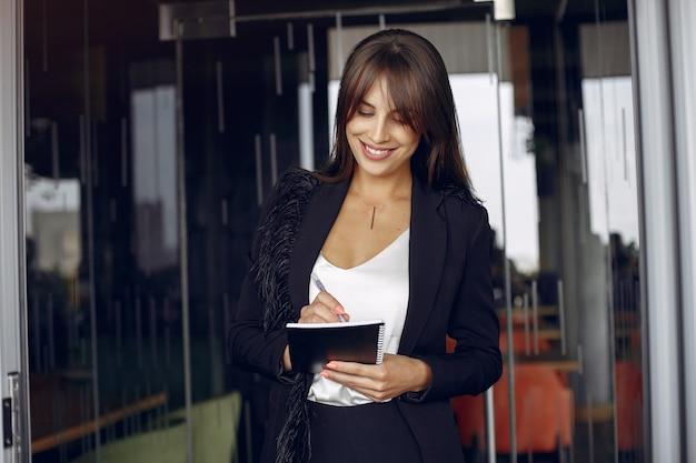 Elegante empresaria trabajando en una oficina