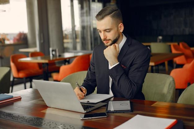 Elegante empresario trabajando en un café