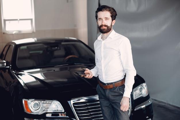 Elegante empresario trabajando cerca del coche