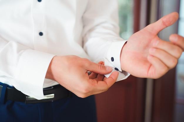 Elegante empresario vestido con traje antes de reunirse con un compañero