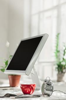 Elegante espacio de trabajo con computadora en casa o estudio