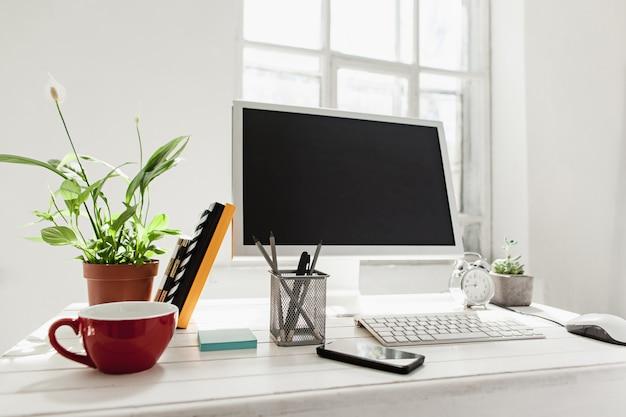 Elegante espacio de trabajo con computadora en casa