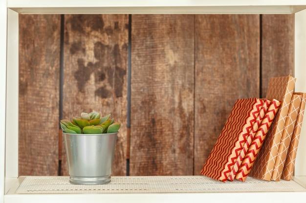 Elegante estantería blanca contra la pared de madera del grunge