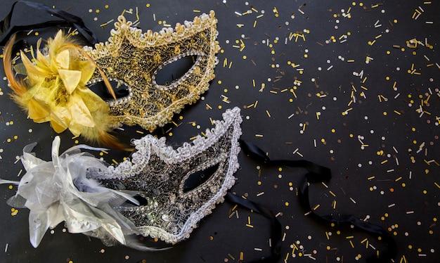 Elegante fondo dorado y negro con máscaras venecianas