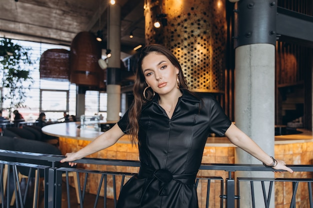 Elegante y glamurosa mujer en restaurante.