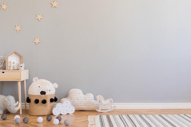 Elegante habitación escandinava para niños con espacio para copiar, juguetes, osito de peluche, animales de peluche y accesorios para niños. interior moderno con paredes de fondo gris. plantilla. diseño de puesta en escena en casa.