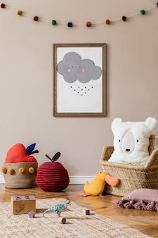 Elegante habitación escandinava para niños con póster simulado, juguetes, osito de peluche, animal de peluche, puf natural y accesorios para niños. interior moderno con paredes de fondo beige. plantilla. diseño de puesta en escena en casa.