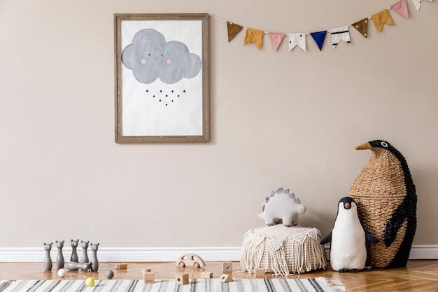 Elegante habitación infantil escandinava con juguetes, osito de peluche, animal de peluche, puf natural y accesorios para niños. interior moderno con paredes de fondo beige. diseño de puesta en escena en casa.