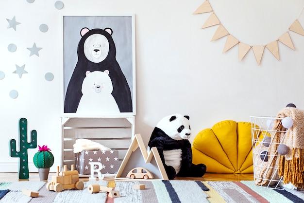 Elegante habitación infantil escandinava con póster, juguetes, osito de peluche, animal de peluche, puf natural y accesorios para niños.