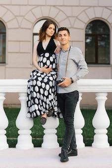 Elegante hermosa pareja embarazada enamorada en ropa blanco y negro