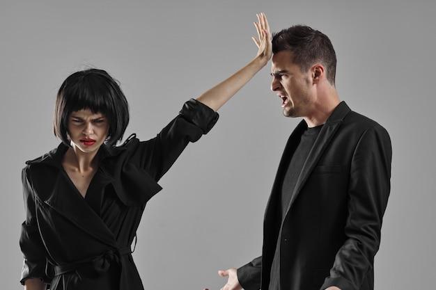 Elegante hombre y mujer modelo posando retrato de moda.