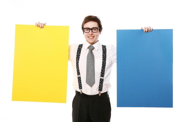 Elegante hombre de negocios con carteles coloridos