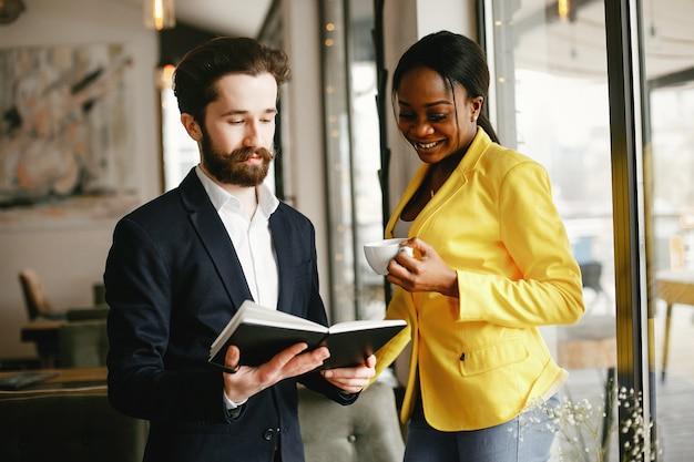 Elegante hombre de negocios trabajando en una oficina con pareja