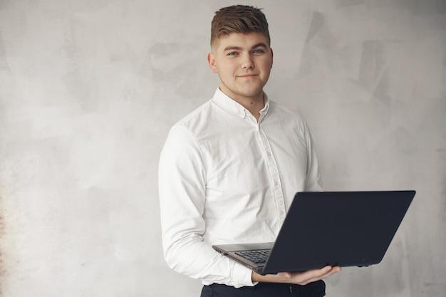 Elegante hombre de negocios trabajando en una oficina y usar la computadora portátil
