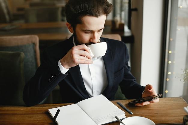 Elegante hombre de negocios trabajando en una oficina