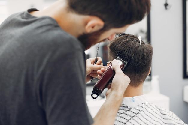 Elegante hombre sentado en una barbería