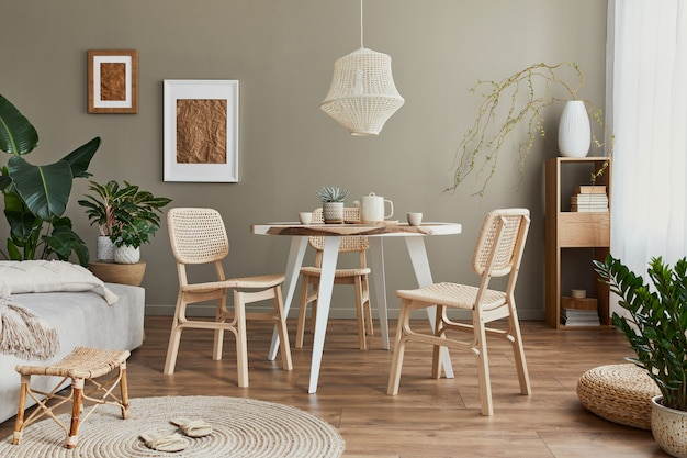 Elegante interior de comedor con mesa familiar, sillas de ratán, lámpara colgante, planta, vajilla, alfombra, decoración y elegantes accesorios.