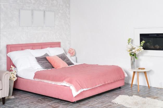 Elegante interior de dormitorio moderno. diseño blanco y rosa de dormitorio acogedor con flores.