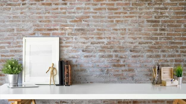 Elegante interior con marco de cartel en blanco, planta, libros antiguos y espacio para copiar