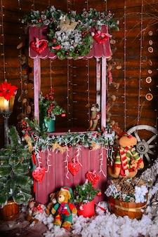 Elegante interior navideño decorado en colores blanco y rojo.