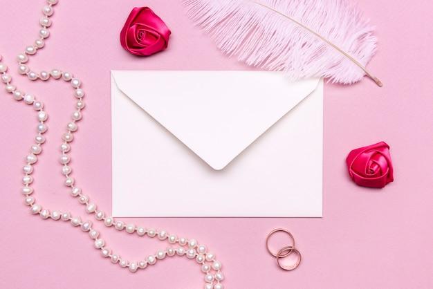 Elegante invitación de boda con perlas sobre la mesa