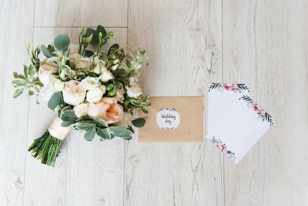 Elegante invitación de boda rosa a la luz con hermosos detalles y ramo de novia
