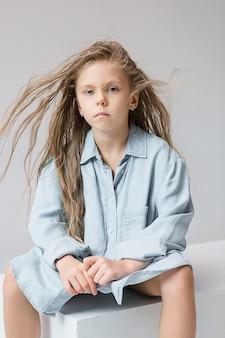 Elegante joven adolescente