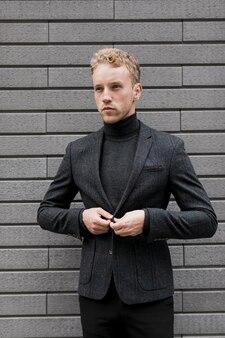 Elegante joven arreglando la chaqueta