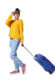 Elegante joven caminando con bolsa de viaje