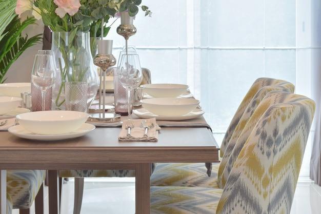 Elegante juego de comedor con silla clásica.
