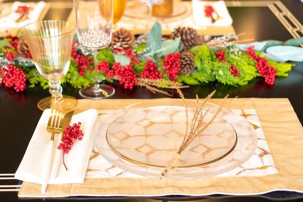 Elegante juego de mesa para la cena de navidad.