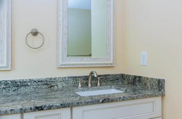 Elegante lavabo de diseño en el baño en la grifería de la casa