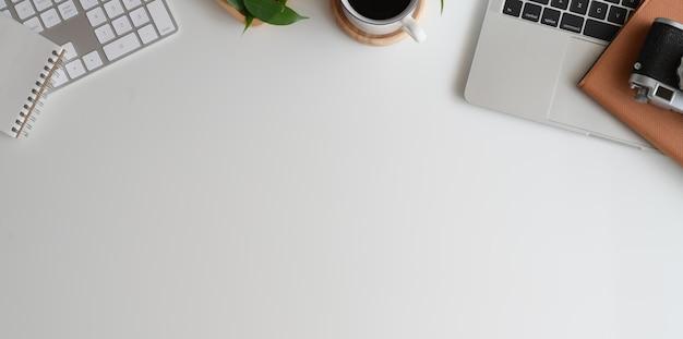 Elegante lugar de trabajo minimalista y espacio de copia