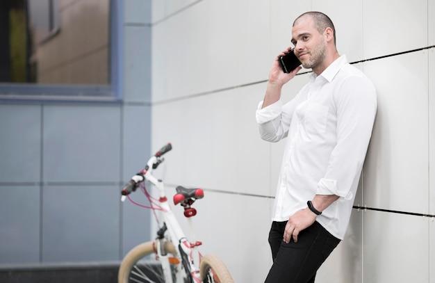 Elegante macho adulto hablando por teléfono