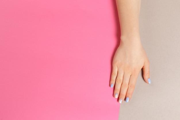 Elegante manicura femenina de moda.