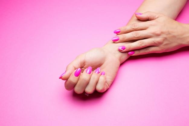 Elegante manicura rosa