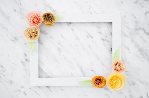 Elegante marco floral blanco sobre fondo de mármol