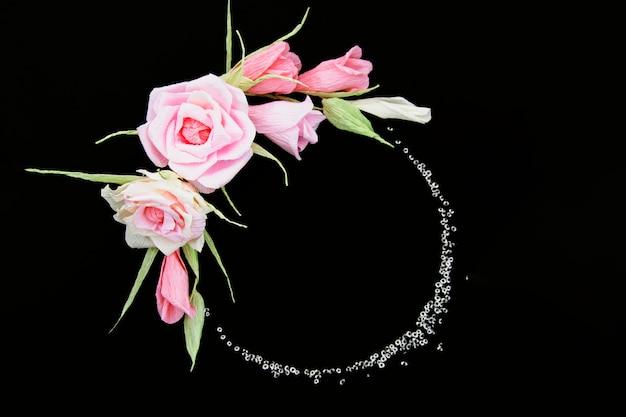 Elegante marco floral sobre fondo negro